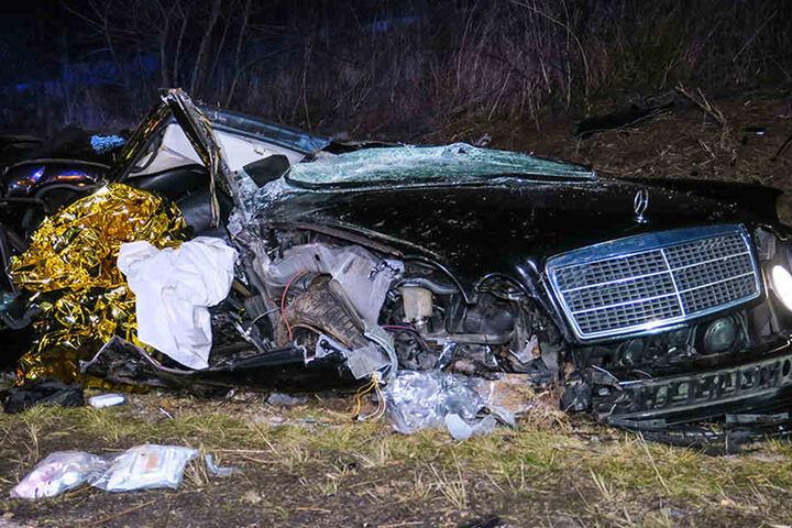 Zwei Schwerverletzte: Dieser Mercedes raste bei Zwickau-Ort über eine Böschung und überschlug sich.