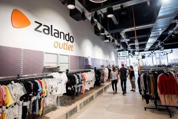 Reduzierte Designermode vieler Marken können Kunden in den Zalando-Outlets shoppen.