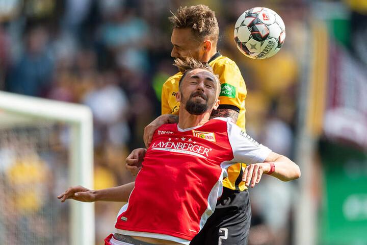 Die Partie endete torlos 0:0. Hier kämpfen der Dresdner Linus Wahlqvist (hinten) und Unions Florian Hübner (vorn) um den Ball.