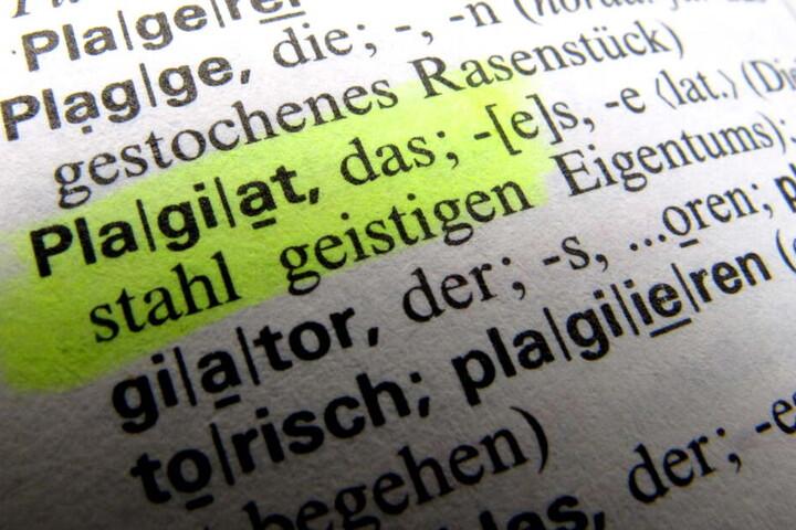 """Das Foto zeigt das Wort """"Plagiat"""" in einem Wörterbuch."""