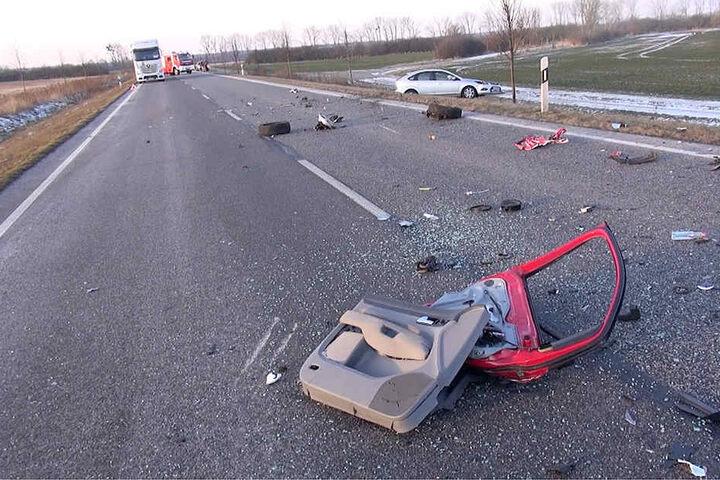Nach dem Unfall waren Fahrzeugteile auf der kompletten Fahrspur verstreut.