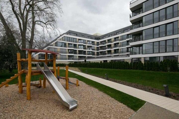 Grünflächen und ein Kinderspielplatz laden hinter der Residenz wahlweise zum  Ausruhen oder Toben ein.