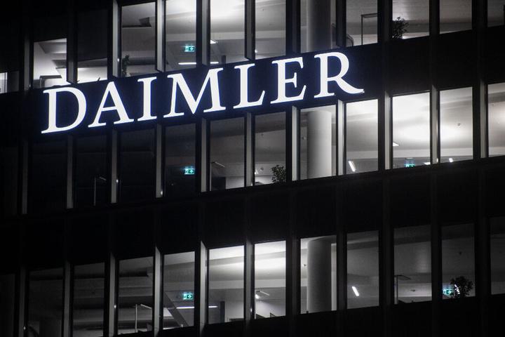 Die Fenster in der Daimler Zentrale in Untertürkheim sind beleuchtet.