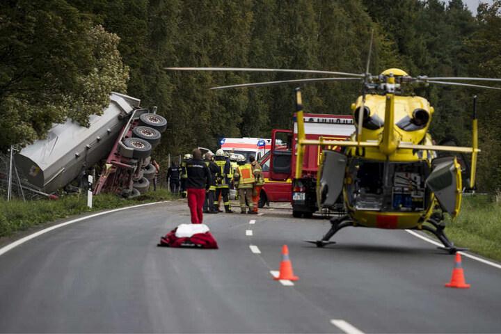 Ein Rettungshubschrauber brachte den 63-jährigen Lkw-Fahrer in ein Krankenhaus.