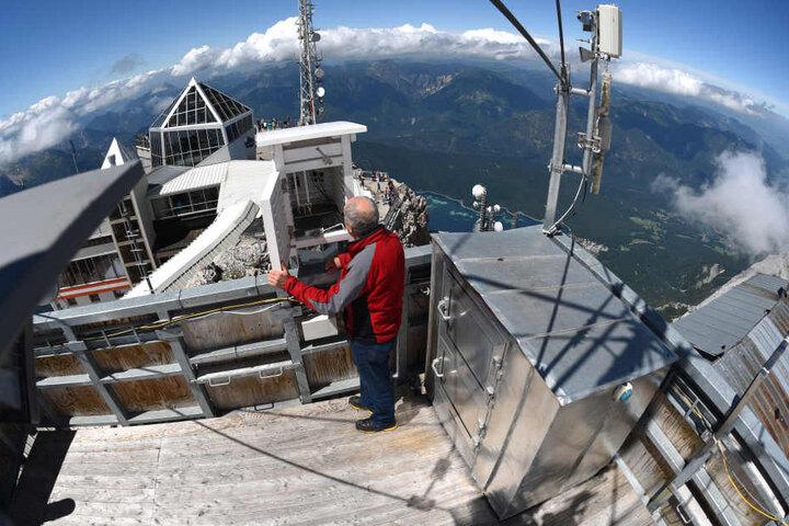 Norbert Stadler, Wetterbeobachter beim Deutschen Wetterdienst, steht am 17. Juli 2017 bei Garmisch-Partenkirchen auf der Zugspitze am Dach der Wetterwarte.
