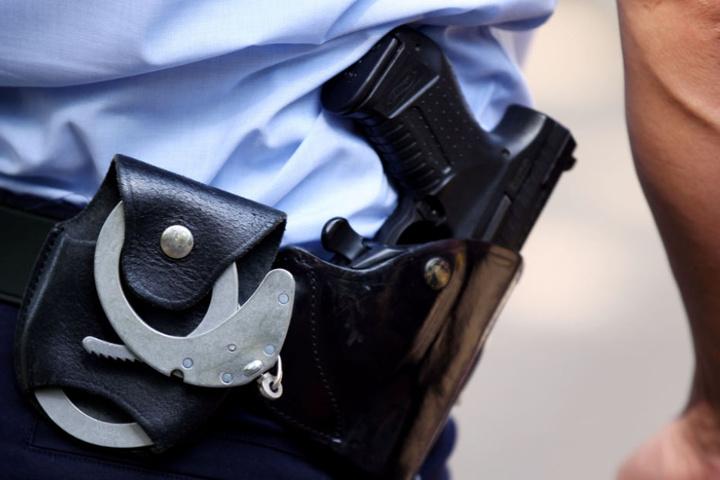 Die Polizisten konnten schließlich den Mann überwältigen (Symbolfoto).