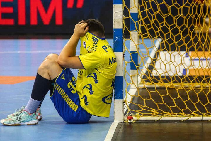 Nach Spielende trauerten die Spieler des VfL Gumersbach.