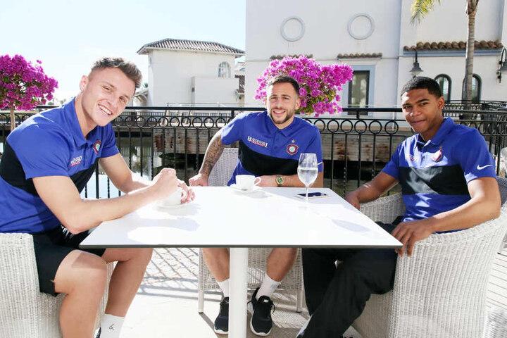 Kaffee bzw. Wasser am freien Nachmittag: Michael Maria (v.r.), Calogero Rizzuto und Mirnes Pepic relaxen in der Hotelanlage.