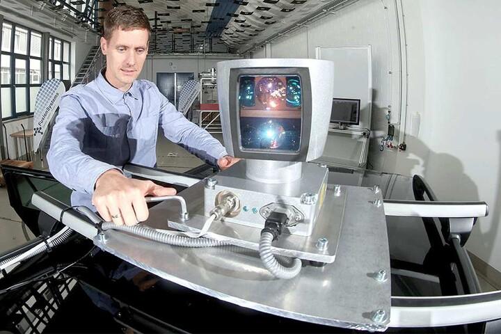 Oliver Fohl montiert den Laserscanner auf ein Fahrzeugdach.