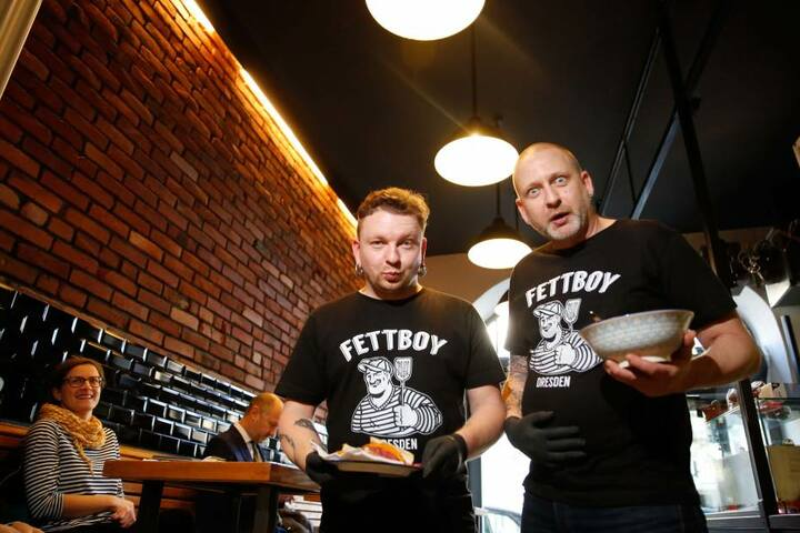 """Christian Hagen (33, l.) und Karsten Weigelt (46) servieren im neuen  """"Fettboy"""" ein Pastrami-Sandwich und Suppe."""