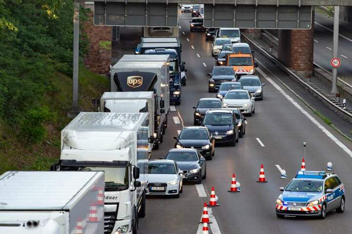 Nach dem Unfall bildete sich ein sechs Kilometer langen Stau. (Symbolbild)