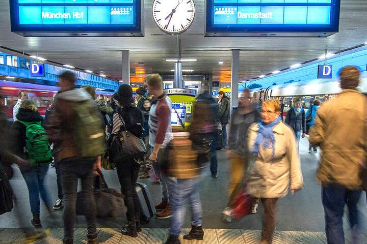 Pendler beim Umsteigen an einem niedersächsischen Bahnhof.