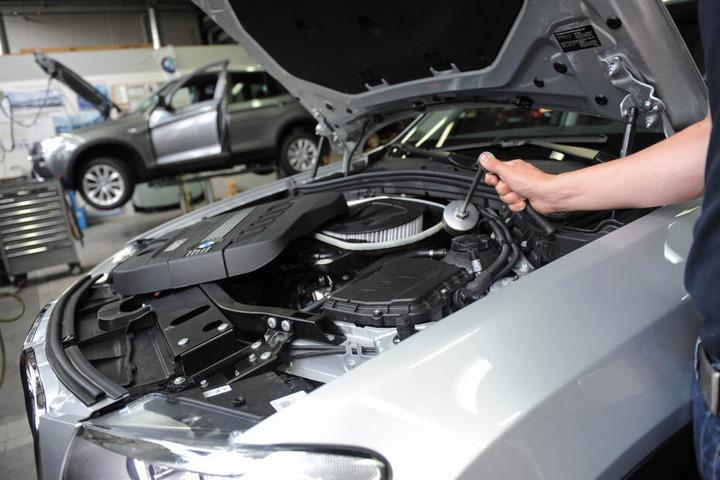 Ein Mitarbeiter einer Autowerkstatt überprüft ein Auto. In den USA müssen 184.500 Autos zurück gerufen werden. (Archivbild)