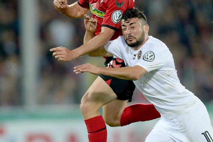 Auch im Pokalspiel gegen den SC Freiburg lief Aias Aosman (rechts) für Dynamo auf und rieb sich in den Zweikämpfen auf.
