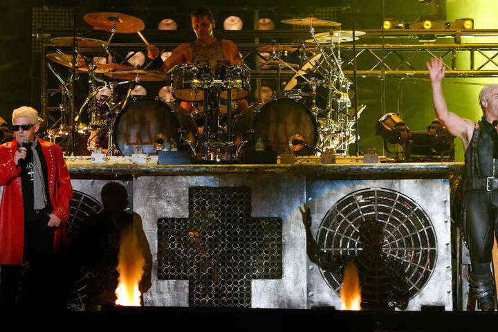 Sänger Heino steht für ein Lied gemeinsam mit den Musikern der Gruppe Rammstein auf der Bühne. (Archivbild)