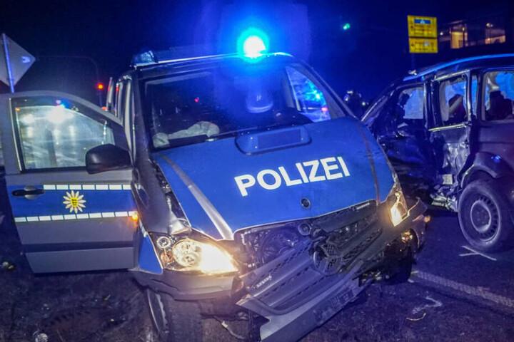 Die beiden Autos wurden bei dem Unfall stark beschädigt.