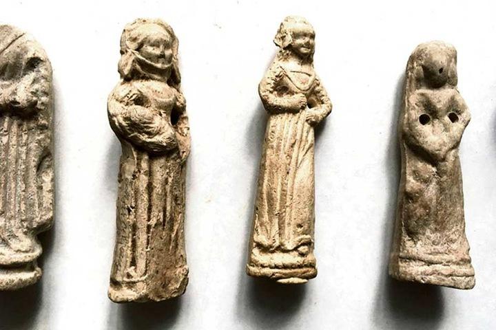 Verschiedene Frauen-Figuren mit und ohne Kind. Manche dienten als Glücksbringer, andere sind Vorläufer von Puppen.