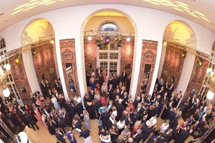 Die 866 Gäste, darunter zahlreiche Prominente aus Politik und Wirtschaft hatten sich ordentlich herausgeputzt.