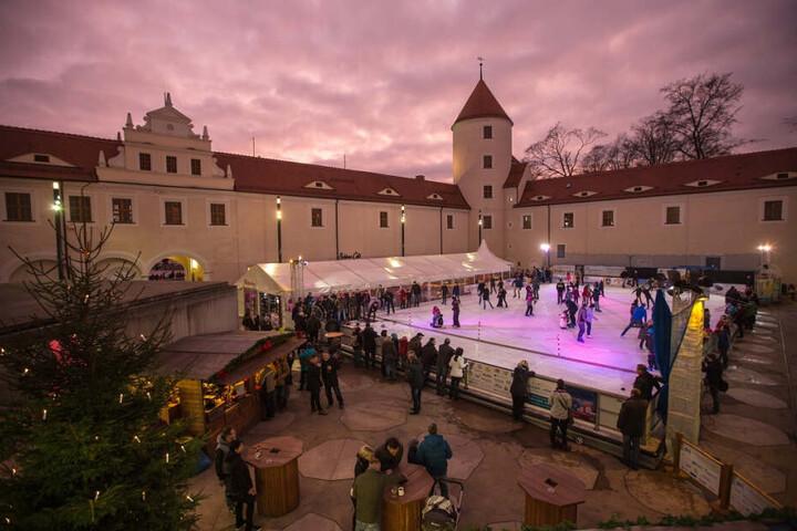 Ab 20. November ist Schlittschuhlaufen im Hof von Schloss Freudenstein möglich.