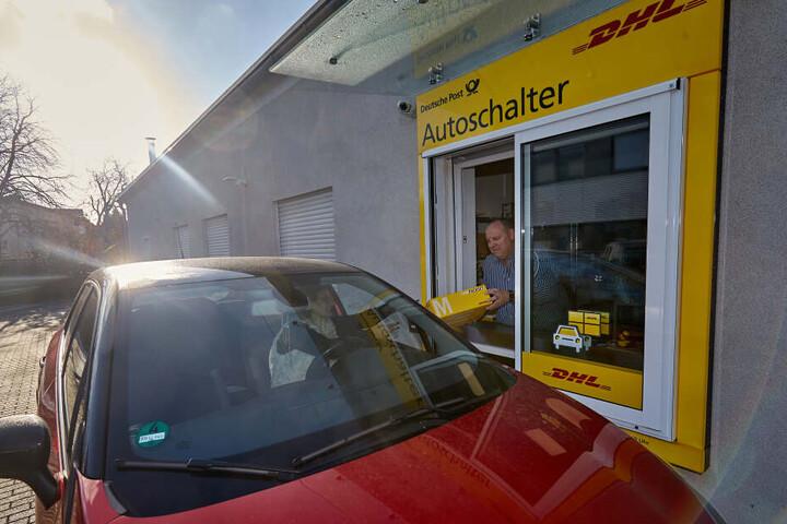 Kunden müssen ihren Wagen nicht verlassen, um das Paket abzugeben.