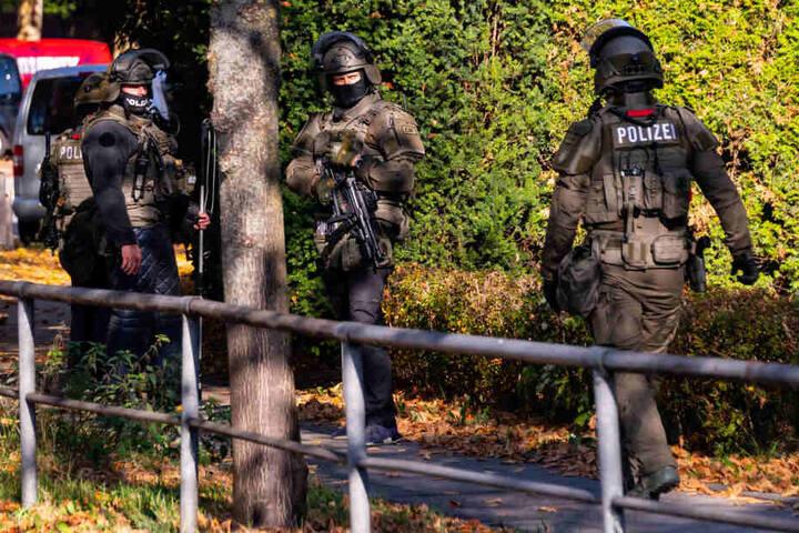 Einsatzkräfte des SEKs vor einer Wohnung in Hamburg (Symbolbild).