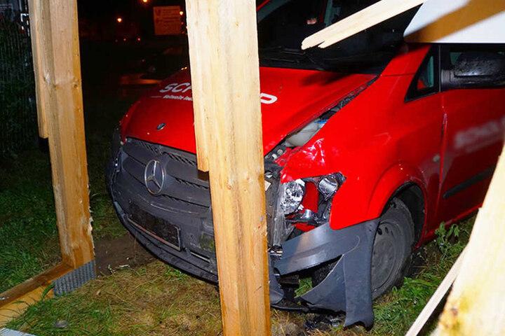 Der Mercedes wurde frontal stark beschädigt.