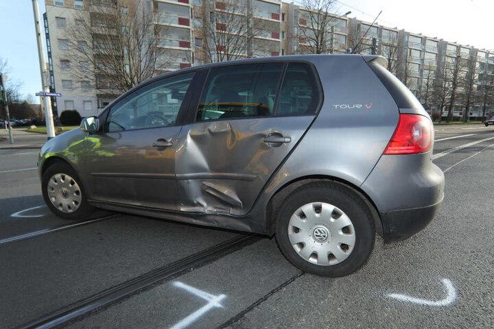 Der Schaden am VW Golf ist deutlich zu sehen.