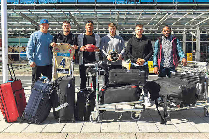 Willkommen (zurück) in Dresden! A.J. Wentland, Quarterback Zack Greenlee, Martin Emos, Alex Haldane, Tim Hagmann und Glen Toonga nach ihrer Ankunft auf dem Flughafen in Klotzsche.