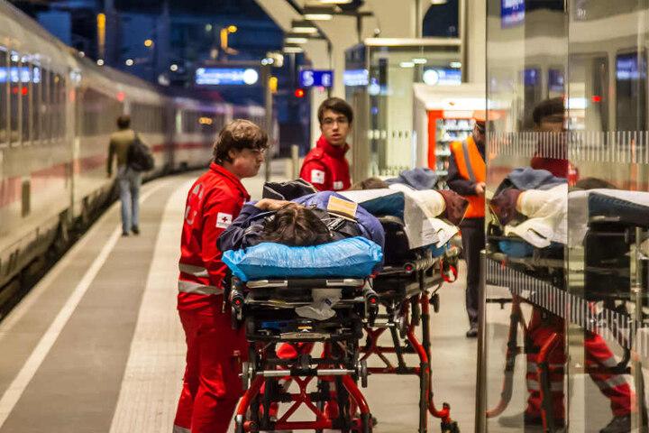 Verletzte Personen werden nach dem Unglück versorgt.