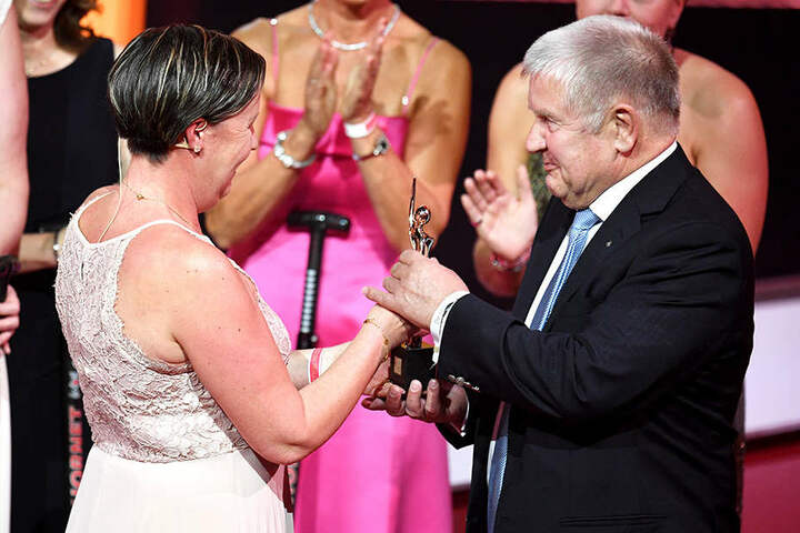 Mit Herbert Pinnecke wurde auch erstmals ein Mann geehrt. Er setzt sich für brustkrebskranke Frauen ein.