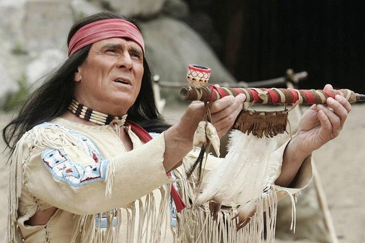Auch der ewige Indianer Gojko Mitic spielt in dem Film mit.