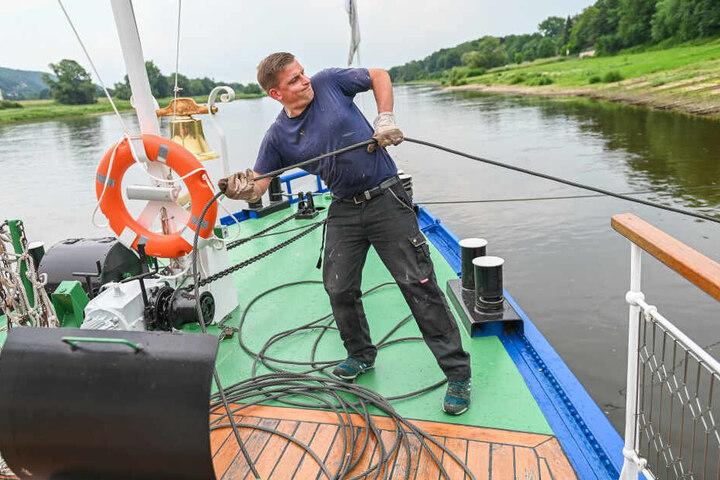 Leinen los! Bootsmann Christoph Linda (35) holt vor der Erprobungsfahrt die Festmach-Trosse ein.