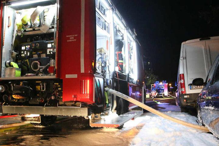 Ein Feuerwehrwagen samt Löschwasser am Einsatzort.