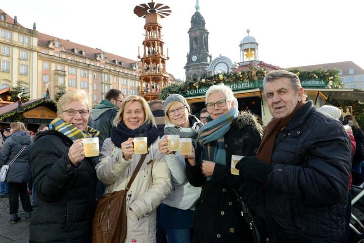 """Diese Reisegruppe lässt sich """"Wackerbarth's Weiß & Heiß"""" schmecken -  kreiert nach dem vermutlich ältesten Glühweinrezept Deutschlands."""
