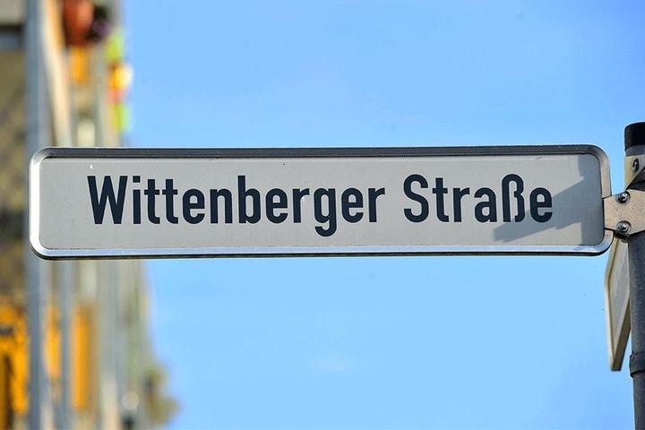 In der Nacht rückten zahlreiche Polizei- und Rettungsfahrzeuge in der Wittenberger Straße an.
