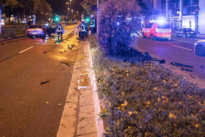 Das Auto steht nach dem Unfall auf der Straße in Stuttgart.