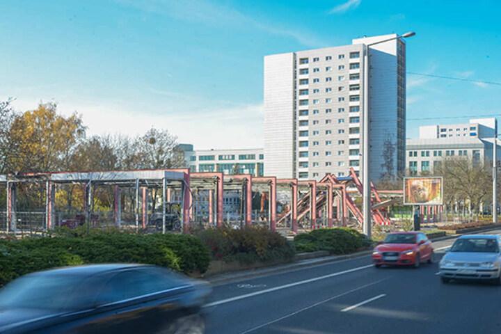 """Nur das Stahlskelett des ehemaligen """"Howa-Möbelhauses"""" an der Grunaer Straße  steht noch."""