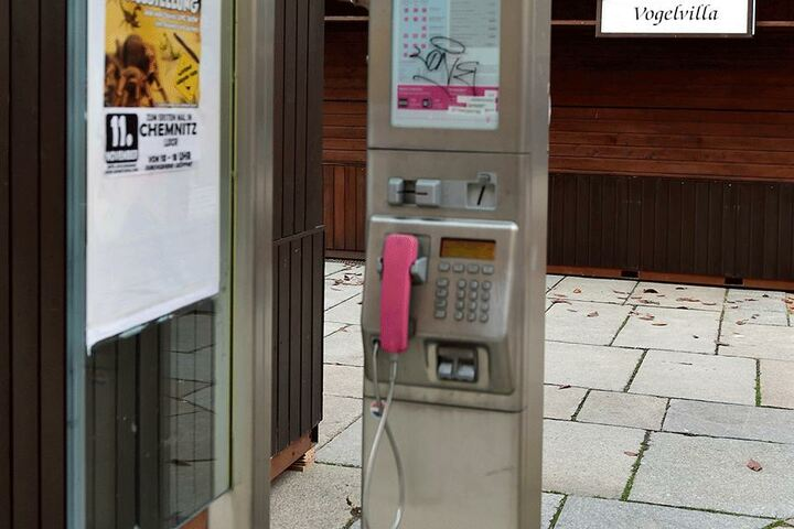 An dieser Telefonsäule am Jakobikirchplatz schnappte die Polizei die Bombendroherin.