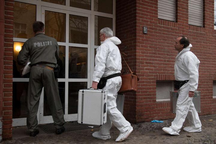 Kriminaltechniker der Polizei gehen in ein Berliner Wohnhaus. (Symbolbild)
