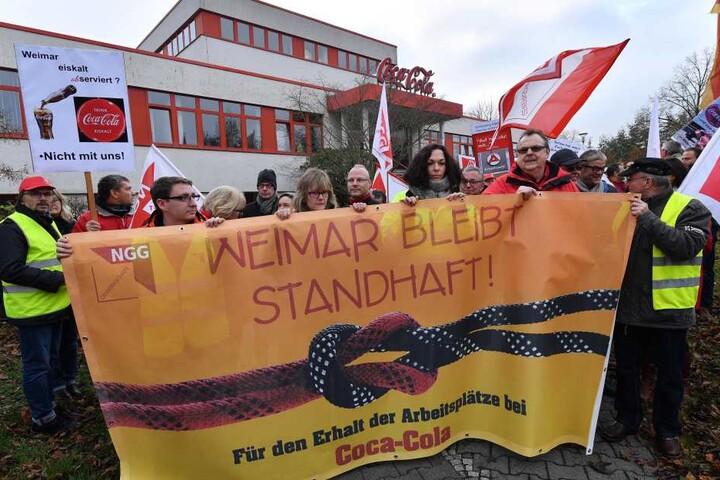 Mitarbeiter demonstrierten im Oktober gegen die Schließung ihres Werks.