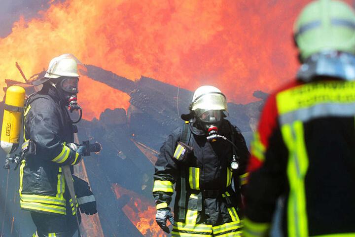 Ein Feuerwehrmann verletzte sich bei den Löscharbeiten. Eine Frau stand unter Schock.