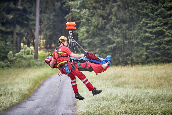 Ein verunglückter Kletterer wird mit dem Hubschrauber ausgeflogen - ohne die freiwilligen Spezialkräfte der Bergwacht Sachsen wären solche Bergungen im Gelände nicht durchführbar.