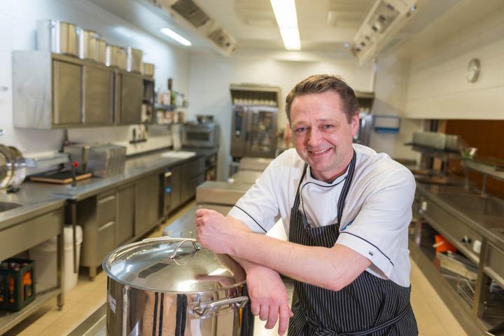 Im Mittagsrestaurant der Begegnungsstätte bekocht Küchenleiter Göran Kroß seine Gäste.