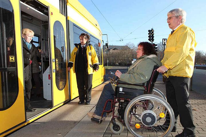 Ein Bürgerarbeiter hilft in Dresden einer Rollstuhlfahrerin in die Bahn. Doch nicht überall wird Behinderten so vorbildlich begegnet.