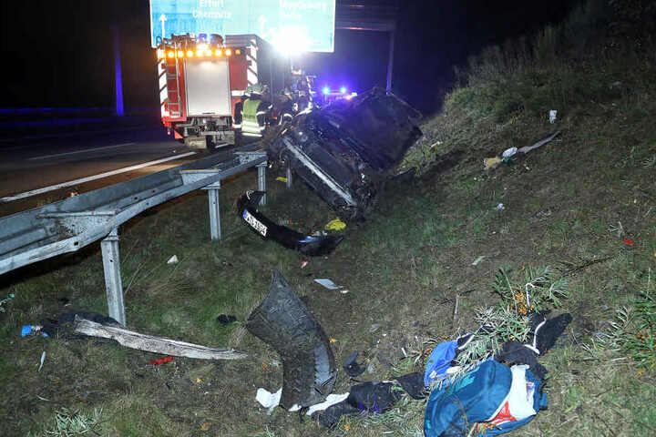 Die Feuerwehr konnte den völlig demolierten Audi in der Nacht bergen.