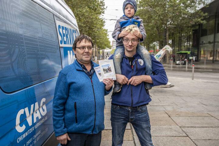Stefan (56) und André Bohn (3) mit Felix (4) haben am Montag bei der CVAG-Aktion zur Mobilitätswoche Tickets gewonnen.