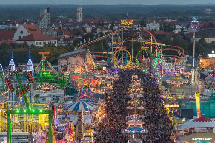 Zahlreiche Besucher sind zur blauen Stunde auf der Theresienwiese beim Oktoberfest 2015.