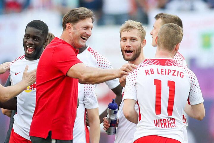 Nach zuvor fünf Spielen ohne Erfolg konnte das Team um Coach Ralph Hasenhüttl (2.v.l.) mit dem 4:1 über den VfL Wolfsburg endlich wieder einen Sieg feiern.