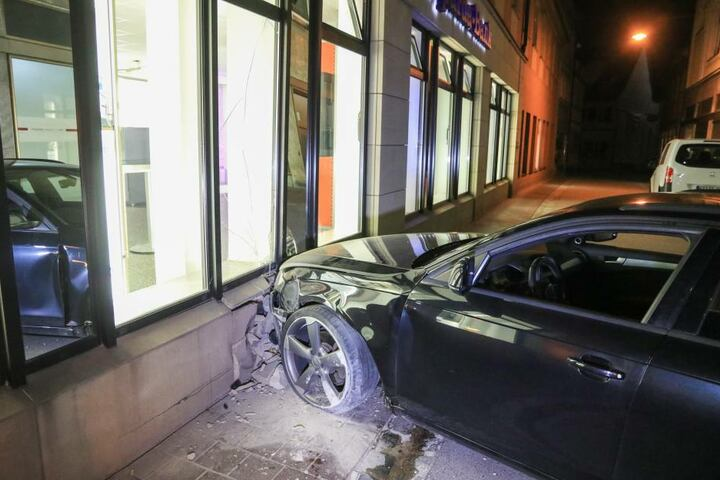 Die Verfolgungsjagd endete gegen die Fassade einer Bankfiliale.