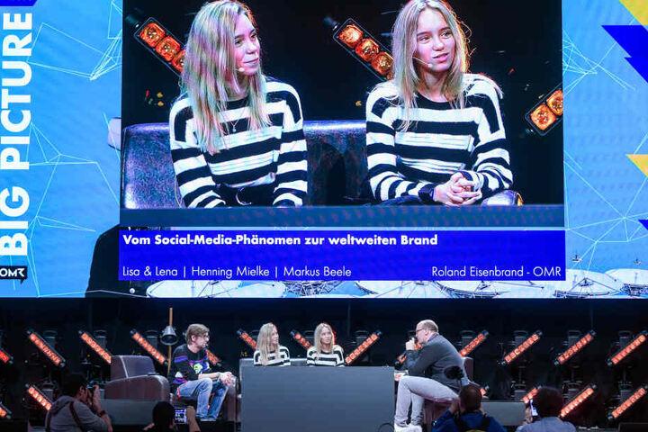 Die Stuttgarter Zwillinge Lisa und Lena, Webvideo-Produzentinnen und Influencer, sitzen bei der Messe Online Marketing Rockstars lauf der Bühne.